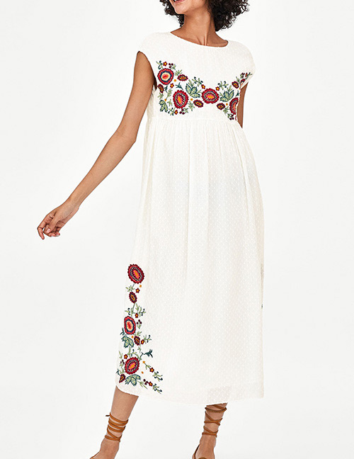 Fashion White Embroidery Flower Decorated Dress