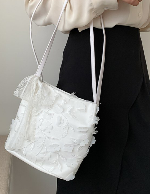 Fashion White Embroidered Woven Shoulder Bag