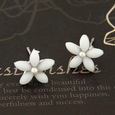 Foldable White Flower Decorated Simple Design Alloy Stud Earrings