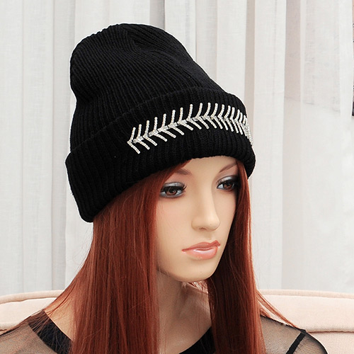 Elegant Black Regular Leaf Shape Pattern Decorated Pure Color Cap